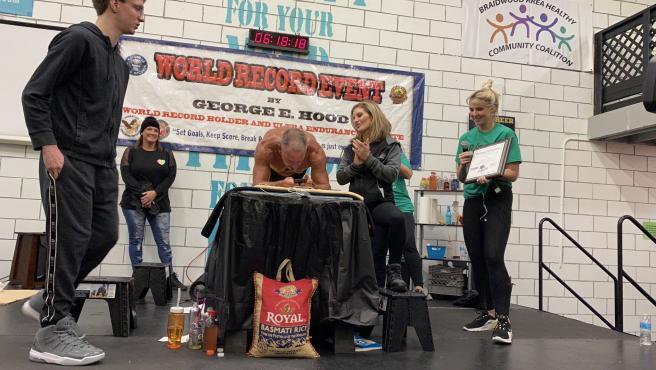 George Hood bate el récord del mundo de plancha abdominal con 62 años.