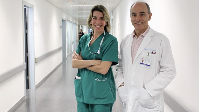 La doctora Marina Pérez y el doctor Juan José Rubio, coordinadora de Trasplantes y jefe de la UCI Médica, respectivamente, del Hospital Puerta de Hierro Majadahonda.