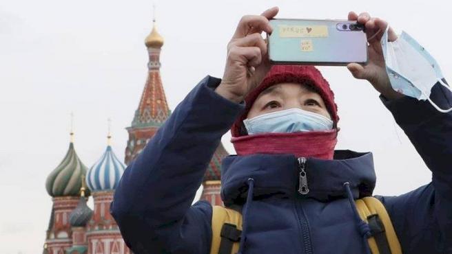 Una turista china con una máscara anticontagios, en la Plaza Roja de Moscú.