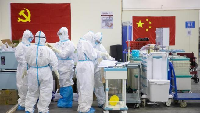 Personal médico con trajes protectores, en un hospital de Wuhan (China) con pacientes afectados por el coronavirus COVID-19.