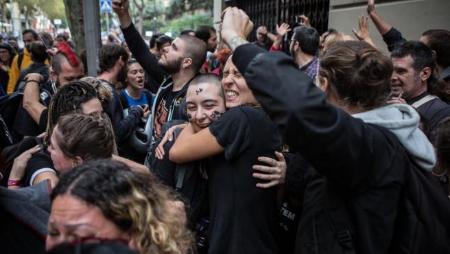 Momento en el que se paralizó el desahucio del Bloc Llavors de Barcelona.