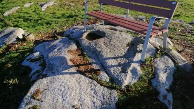 Banco instalado sobre un petroglifo sin catalogar en el Monte San Lois, de Noia