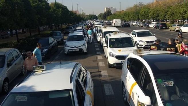 Caravana de coches de Élite Taxi Sevilla en demanda de soluciones al conflicto con los VTC