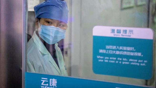 Una empleada, en un laboratorio de Guangzhou, China, que trabaja en el desarrollo de un 'kit' para el diagnóstico y la detección de casos del coronavirus COVID-19.