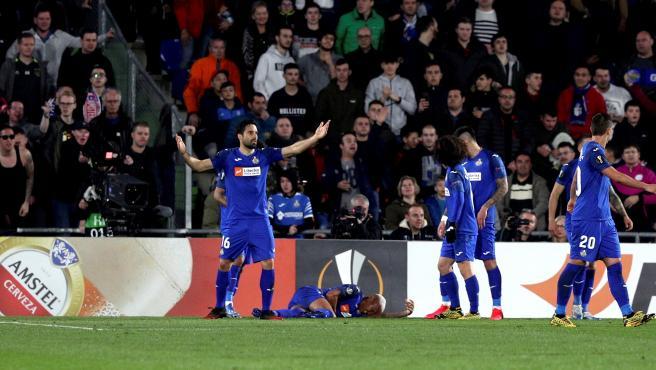 Deyverson, en el suelo por el mecherazo recibido en el Getafe-Ajax.