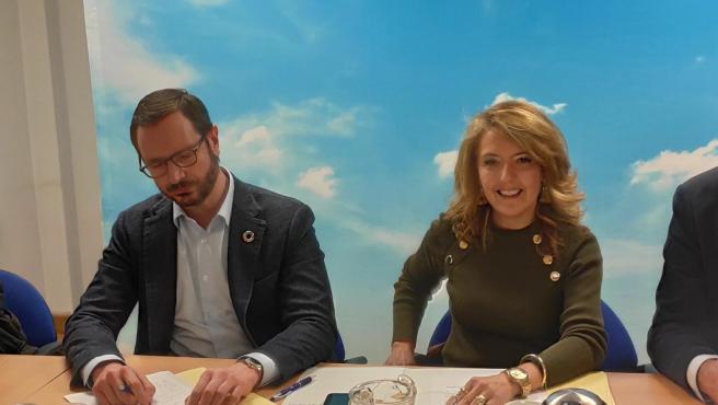 El portavoz del PP en el Senado, Javier Maroto, y la portavoz del PP en la Junta General, Teresa Mallada.