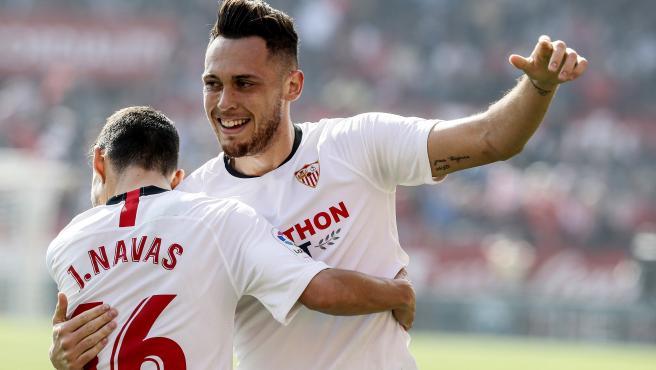 Lucas Ocampos celebra con Navas un gol del Sevilla.