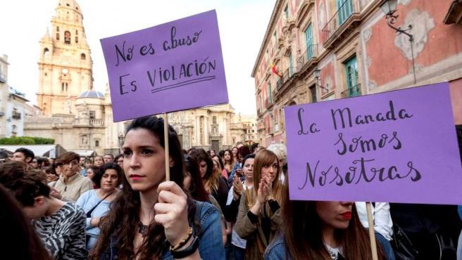Manifestantes reclaman que la condena a La Manada se base en violación sexual y no en abuso.