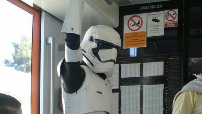 Un usuario del TRAM disfrazado de soldado imperial.
