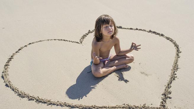 Una niña meditando.