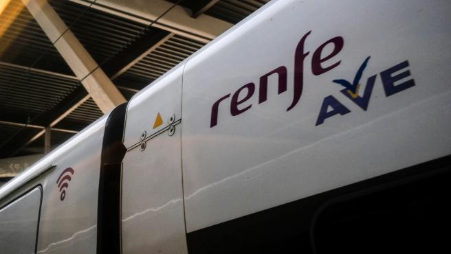 Vagón de un tren AVE de Renfe en las vías de la Estación de Atocha, en Madrid (España), a 6 de febrero de 2020.