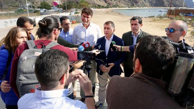 El presidente del grupo municipal nacionalista, José Manuel Bermúdez, y el portavoz del grupo popular, Guillermo Díaz Guerra, atienden a los medios con la playa de Las Teresitas de fondo