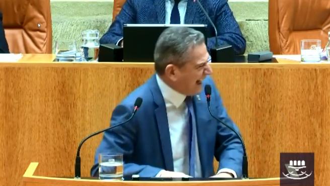 El responsable de Hacienda del Gobierno de la Rioja no puede evitar reírse en la sesión parlamentaria de este jueves.