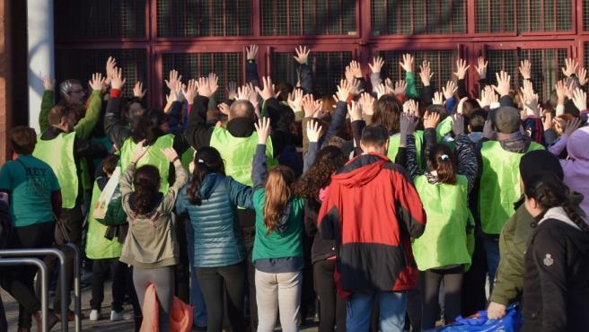 Los alumnos del IES Villablanca protestan frente al centro.