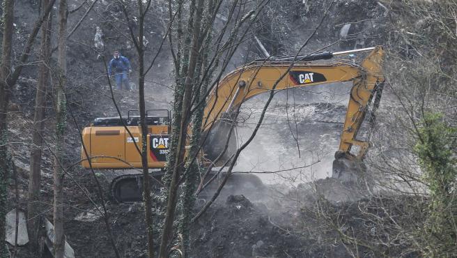 Una máquina en los trabajos de extinción del incendio en el vertedero de Zaldibar.