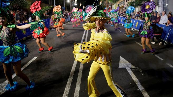 La Cabalgata Anunciadora del Carnaval ha recorrido algunas calles de Santa Cruz de Tenerife.