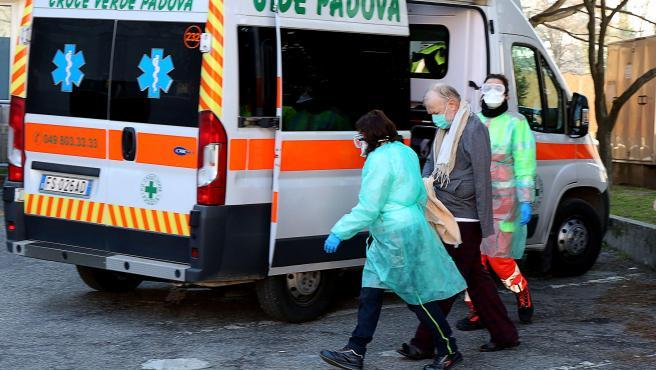 Una ambulancia vista junto al hospital de Padua, al norte de Italia.