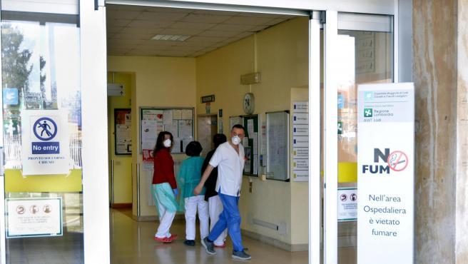 Trabajadores del Hospital Cívico de Codogno, al norte de Italia, que ha cerrado sus urgencias como medida de precaución por el coronavirus.