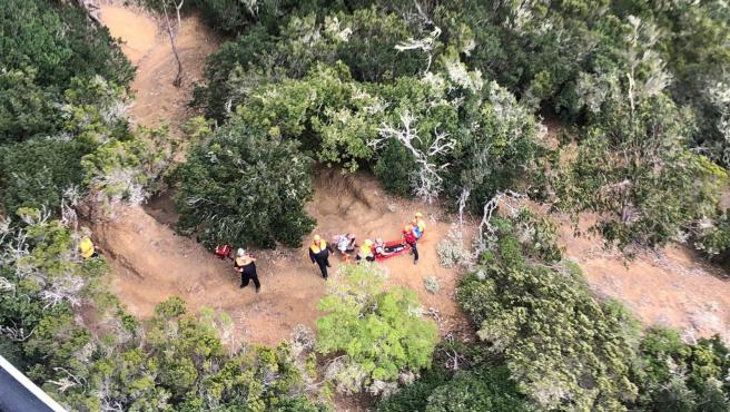 El helicóptero del GES procede al rescate de una senderista en La Gomera