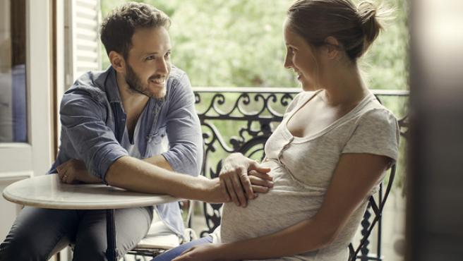 Imagen de una pareja esperando un bebé.