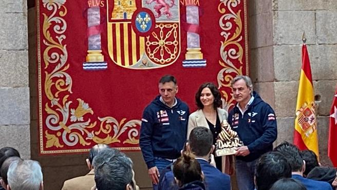 La presidenta de la Comunidad de Madrid, Isabel Díaz Ayuso, participa en el acto de homenaje alos pilotos ganadores del Rally Dakar, Carlos Sainz y Lucas Cruz.