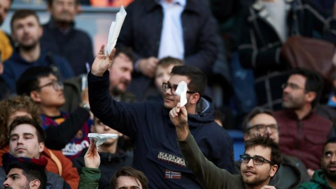 Hinchas del Barcelona protestan por la crisis institucional y deportiva del club.