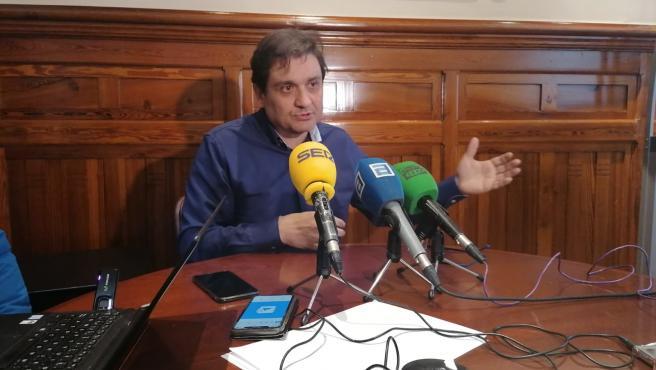 Alejandro Suárez atendiendo a los medios de comunicación.