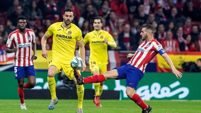 Koke e Iborra pugnan por un balón en el Atlético-Villarreal.