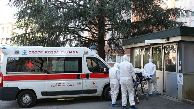 Personal médico en el exterior del Hospital de Padua, al norte de Italia.