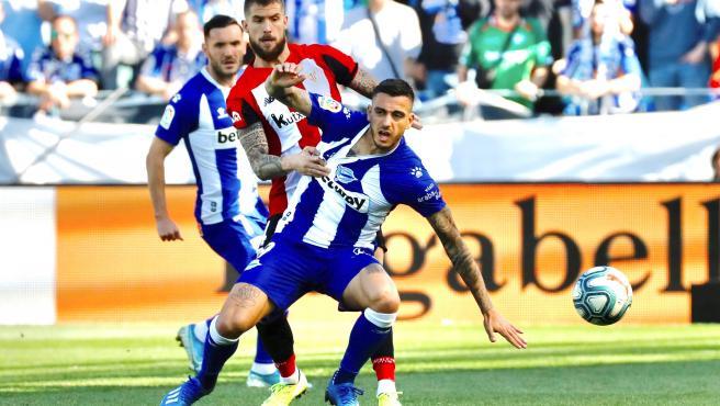 Joselu se impone a Iñigo Martínez durante el derbi entre vitorianos y bilbaínos.