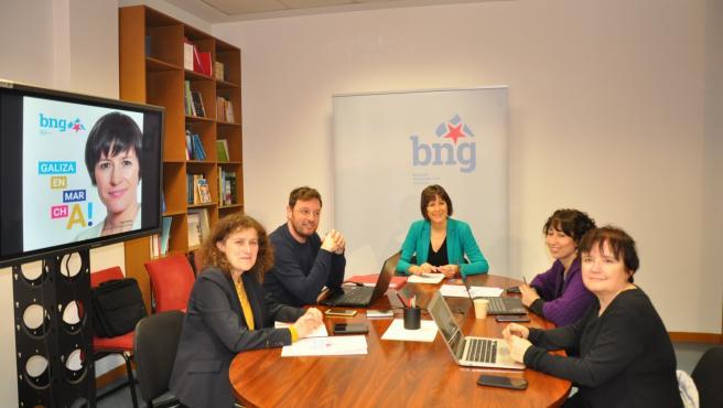 La portavoz nacional del BNG, Ana Pontón, acompañada de otros miembros del partido, durante una reunión de trabajo en la comisión de seguimiento de la campaña