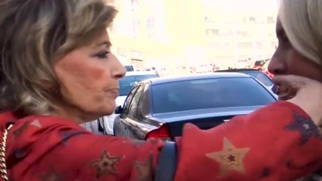 Momento en el que María Teresa Campos tapa la boca a una reportera de 'Viva la vida'.