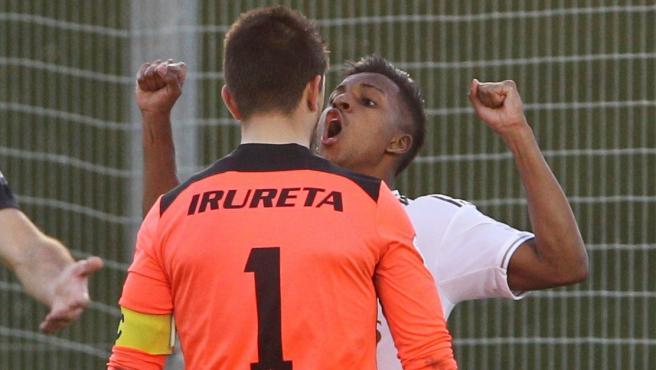 Rodrygo se encara con el portero del Sanse tras marcar el 2-0