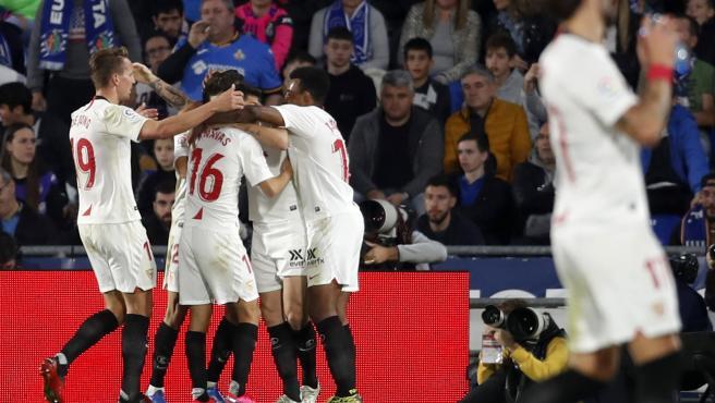 Los jugadores del Sevilla celebran un gol