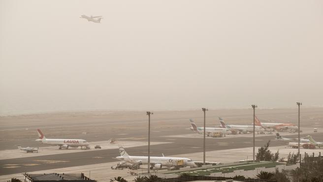 El empeoramiento de la meteorología en Canarias provocó que se cerrara el tráfico aéreo hacia los aeropuertos del archipiélago y los aviones en ruta fueron desviados a destinos alternativos, según Aena.