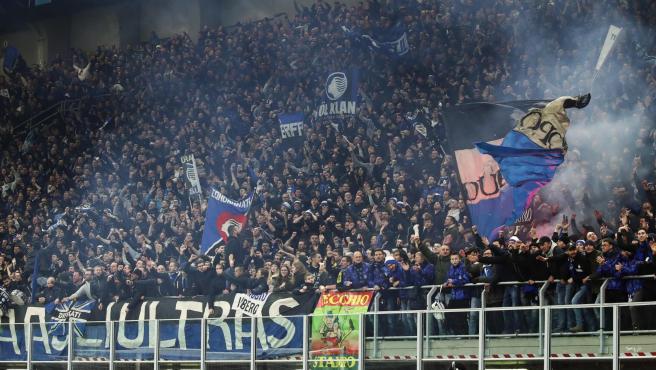 La afición del Atalanta, durante el partido contra el Valencia.