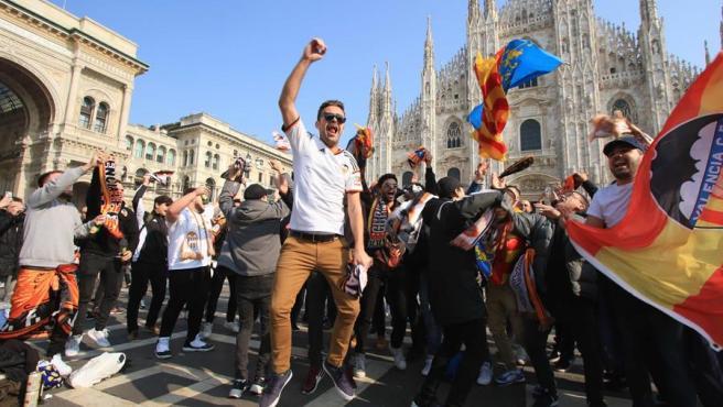 Aficionados valencianistas desplazados a Milan para el partido ante el Atalanta.