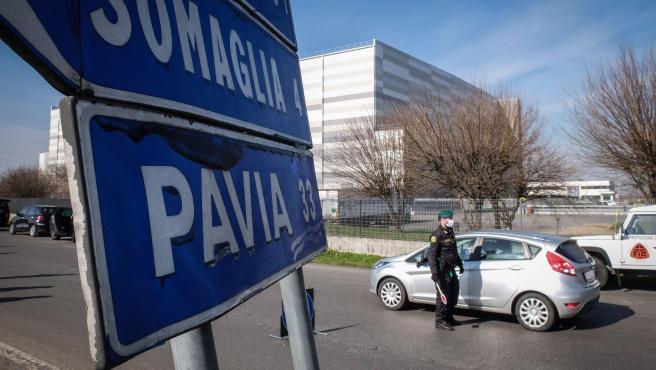 Controles a la entrada de Casalpusterlengo (Italia) donde está prohibido el acceso.