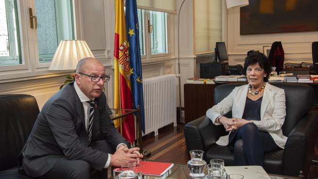 El consejero de Educación de la Comunidad Foral de Navarra, Carlos Gimeno, y la ministra de Educación y Formación Profesional, Isabel Celaá, durante una reunión en la sede del Ministerio, en Madrid.