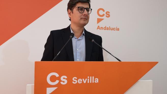 El portavoz de Cs en el Ayuntamiento de Sevilla, Álvaro Pimentel, durante una rueda de prensa
