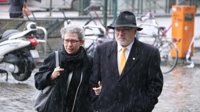 Puis ha llegado al Palacio de Justicia de Burselas acompañado por su mujer para asistir a la vista oral sobre la petición de extradición.