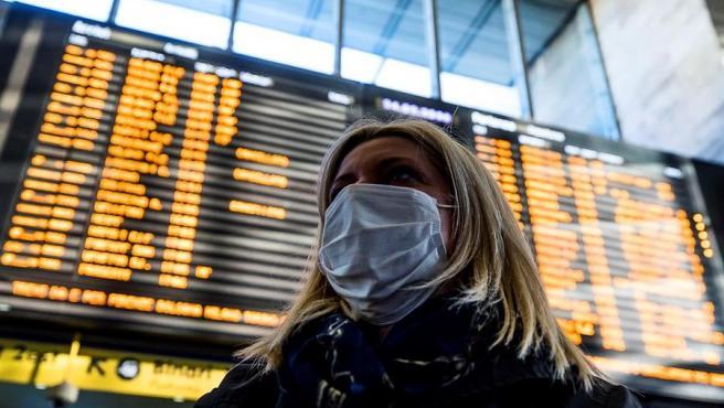 Una mujer con una mascarilla anti contagios, en la estación Termini de Roma, Italia.