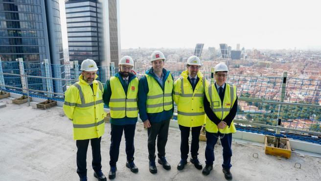 El vicepresidente de Comunidad de Madrid, Ignacio Aguado, y el consejero de Economía, Manuel Giménez, durante su visita a la Torre Caleido.