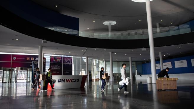 Interior del pabellón del Mobile World Congress (MWC) durante el desmantelamiento de los stands tras la cancelación de la feria por la crisis del coronavirus y las anulaciones de empresas, en Barcelona/Catalunya (España) a 13 de febrero de 2020.