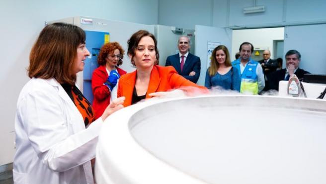 La presidenta, Isabel Díaz Ayuso, y el consejero de Sanidad, Enrique Ruiz Escudero, conociendo el banco de tejido ovárico de la Comunidad de Madrid.