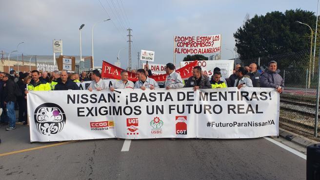 Los trabajadores de Nissan cortan la Ronda Litoral en Barcelona.