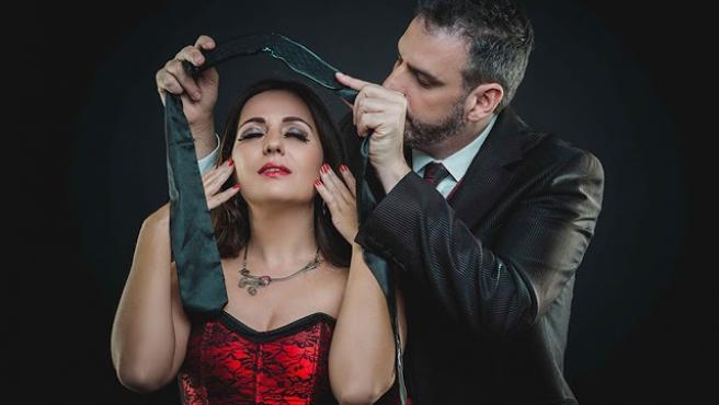 Momento del show 'Hipnosis erótica' del mago mexicano Jorge Astyaro