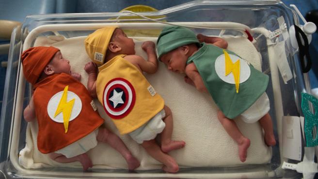 Tres bebés ingresados en la UCI del Hospital Clínic de Barcelona y disfrazados por Carnaval.