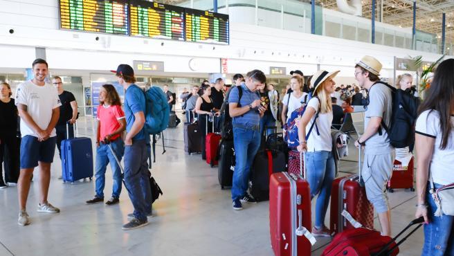Turistas en el aeropuerto de Fuerteventura en Canarias