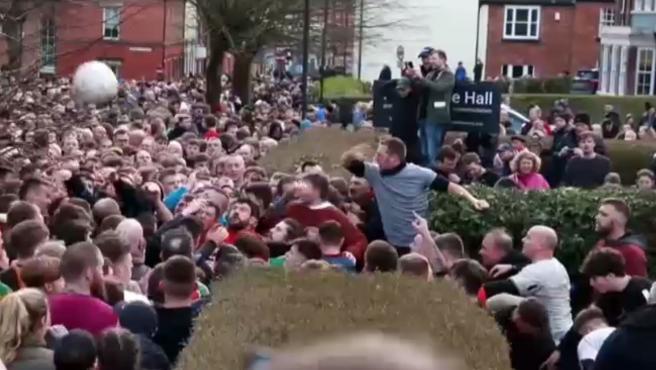 Cientos de personas han acudido a la ciudad de Ashbourne, en el centro de Inglaterra para jugar el tradicional partido de futbol, en el que las reglas son algo confusas y las porterías están a casi cinco kilómetros de distancia.
